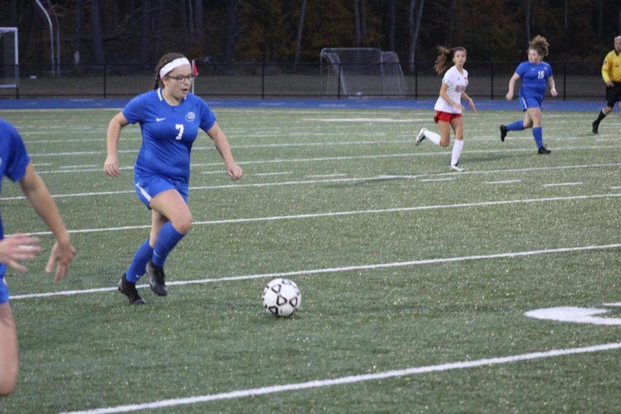 Caroline Duggan dribbles the ball.