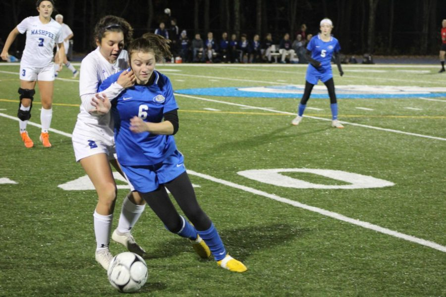 Lucy Ambroult fights for the ball.